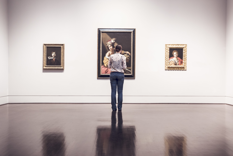 女の人と絵画